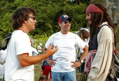 """Reżyser, producent i główny aktor (Johnny Depp) rozmawiają na planie filmowym """"Piratów..."""" /"""