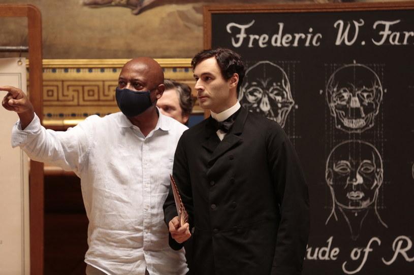 """Reżyser Raoul Peck (L) na planie serialu """"Wytępić całe to bydło"""" /HBO"""