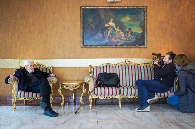 Reżyserka Aleksandra Potoczek i operator Adam Palenta filmują księdza Adama Bonieckiego /Grażyna Makara /materiały dystrybutora