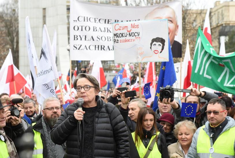 Reżyserka i scenarzystka Agnieszka Holland wśród uczestników manifestacji KOD przed Sejmem /Paweł Supernak /PAP