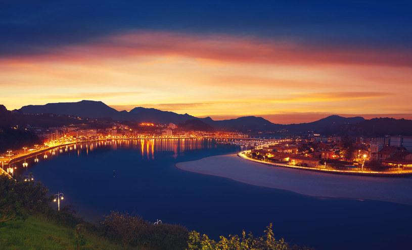 Ribadesella nocą wygląda imponująco. Klimat przyciąga turystów, a to nie podoba się władzom /123RF/PICSEL