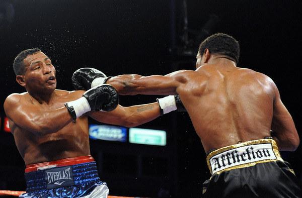 Ricardo Mayorga (z lewej) w pierwszej walce z Shane'm Mosleyem /AFP