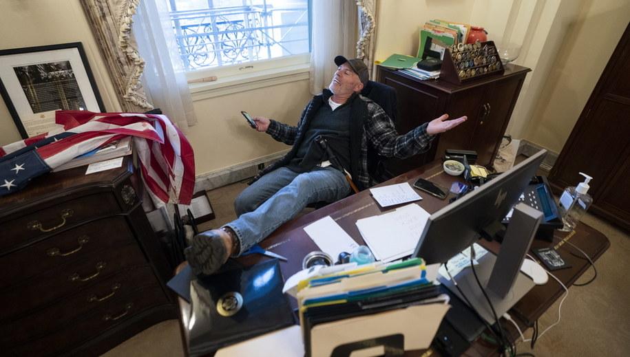 Richard Barnett przy biurku Pelosi /JIM LO SCALZO /PAP/EPA