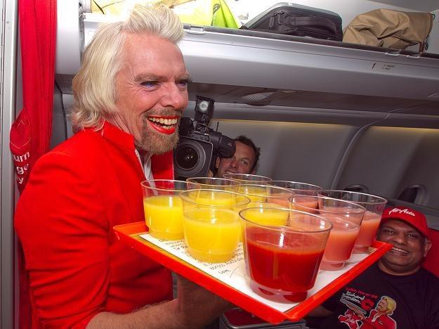 Richard Branson serwuje napoje na pokładzie samolotu wywiązując się z zakładu /AFP
