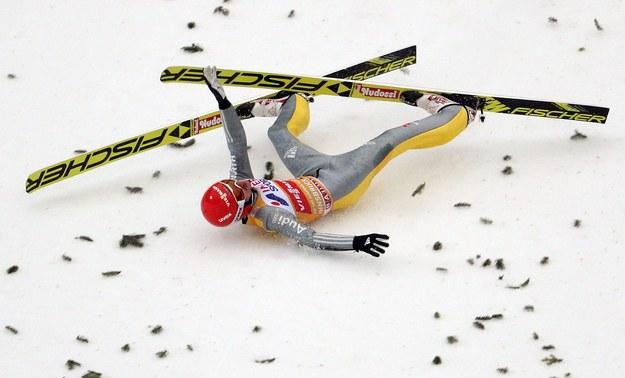 Richard Freitag skoczył w pierwszej serii konkursu TCS w Innsbrucku aż 130 m, ale przy lądowaniu zaliczył groźnie wyglądający upadek /Lisi Niesner  /PAP/EPA