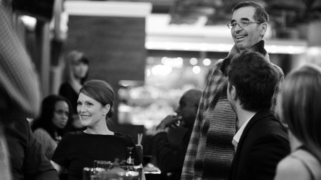 "Richard Glatzer (P) z Julianne Moore na planie ""Still Alice"" - fot. Everett Collection /East News"