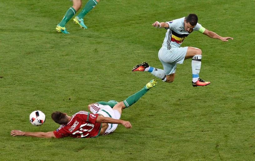 Richard Guzmics (wykonuje wślizg) w trykocie drużyny narodowej Węgier /AFP
