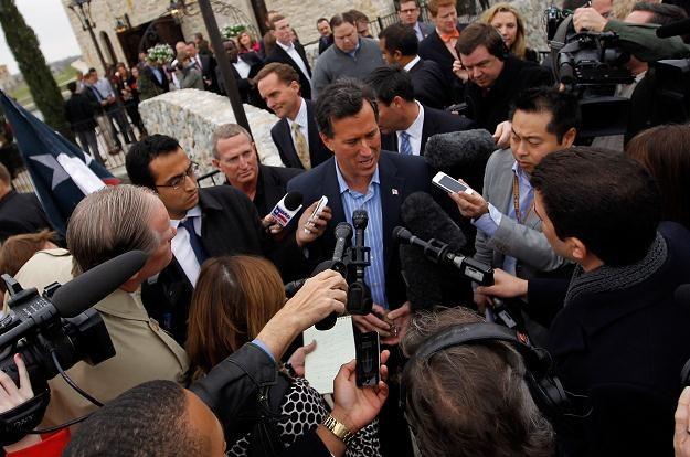 Rick Santorum w rozmowie z dziennikarzami /AFP