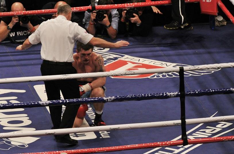 Ricky Hatton długo nie podnosił się z maty ringu /AFP