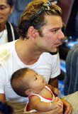 Ricky Martin w Tajlandii z dzieckiem ocalałym z kataklizmu /AFP