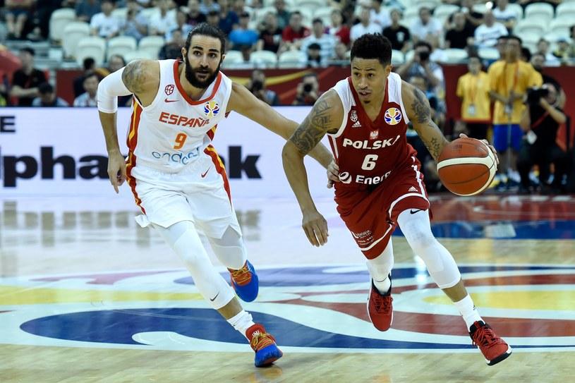 Ricky Rubio (z lewej) z Hiszpanii i A.J. Slaughter z reprezentacji Polski /AFP