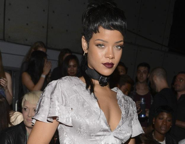 Rihanna daje klapsy dolarami fot. Vivien Killilea /Getty Images/Flash Press Media