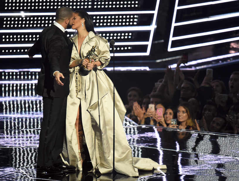 Rihanna i Drake podczas gali MTV VMA 2016 /Michael Loccisano /Getty Images