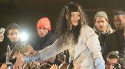 Rihanna kręci teledysk w Paryżu i ląduje na rękach fanów