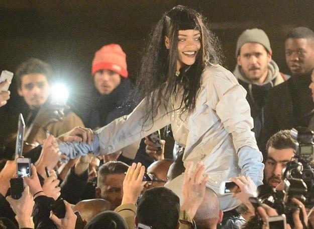 Rihanna otoczona przez fanów w Paryżu - fot. Abaca /East News