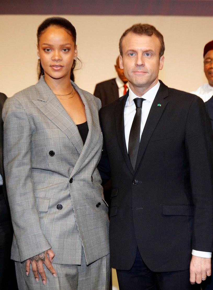 Rihanna postawiła na szary garnitur /East News