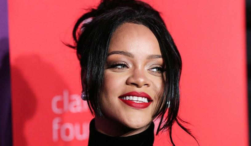 Rihanna uwielbia bawić się modą. Niedawno fotoreporterzy przyłapali gwiazdę na mieście w kreacji typu slip dress /ImagePressAgency/face to face /Reporter