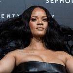 Rihanna w brzydkich butach i prześwitującym body