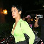 Rihanna w czarno-limonkowej stylizacji