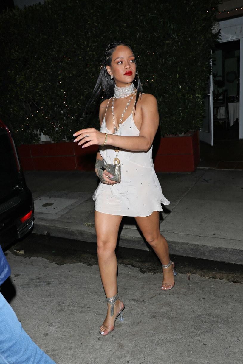 Rihanna w jasnej sukience typu slip dress /BACKGRID /East News