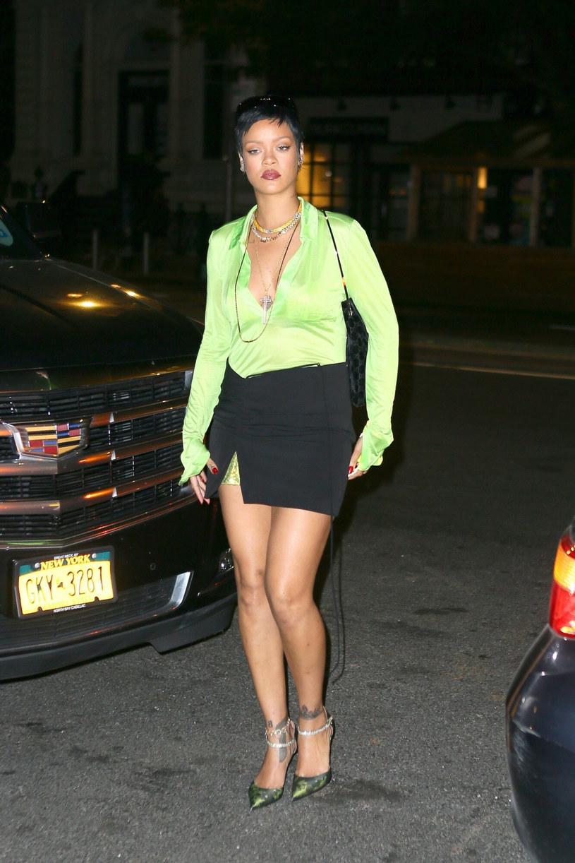 Rihanna w limonkowej bluzce i czarnej mini /BACKGRID /East News