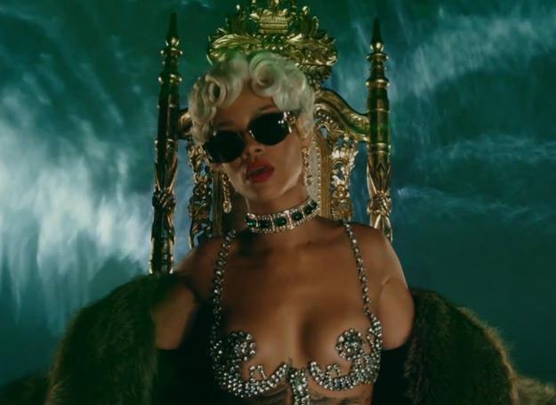 """Rihanna w teledysku """"Pour It Up"""" /"""