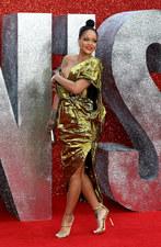 Rihanna z ogromnym dekoltem. Było o krok od wpadki!