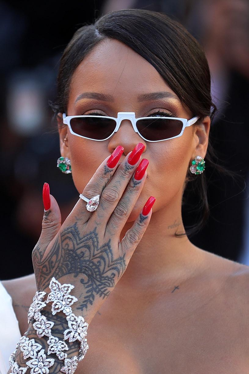 Rihanna zadbała też o dodatki - festiwal w Cannes 2017 /Getty Images