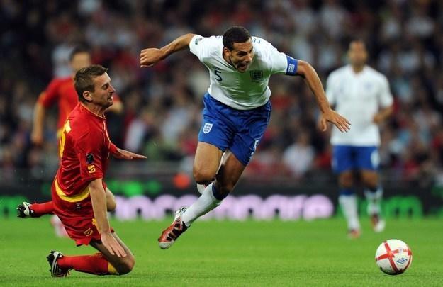 Rio Ferdinand (w wyskoku) stracił opaskę kapitana reprezentacji Anglii /AFP