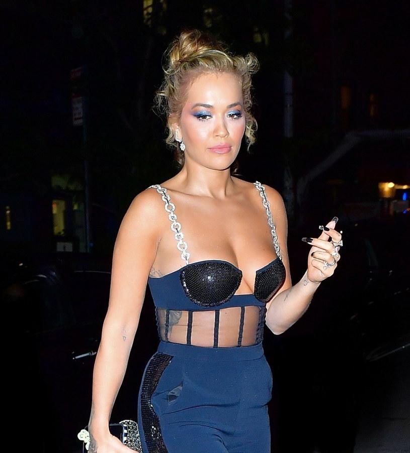 Rita Ora lubi zaskakiwać odważnymi stylizacjami /East News