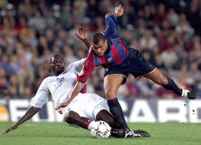 Rivaldo w ataku na bramkę Olympique Lyon