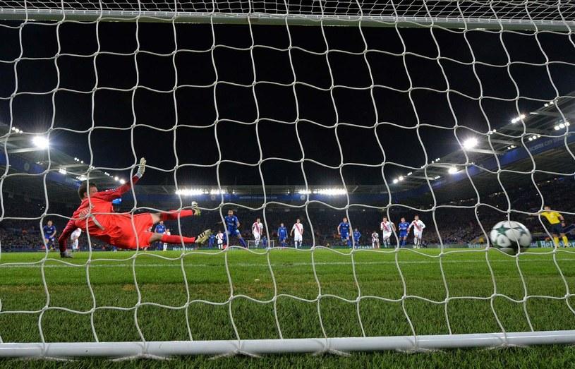 Riyad Mahrez zdobywa bramkę z rzutu karnego podczas meczu Leicester City /PAUL ELLIS /AFP