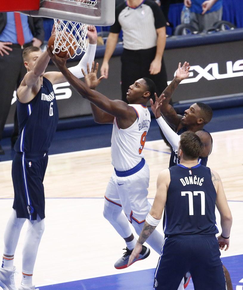RJ Barrett (na biało) z New York Knicks w starciu z Dallas Mavericks /PAP/EPA
