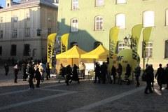 RMF FM rozdaje bombonierki na Małym Rynku w Krakowie