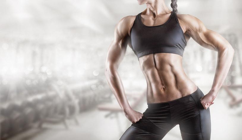 Rób te ćwiczenia przez 15 minut dziennie, a będziesz mieć płaski brzuch /123RF/PICSEL