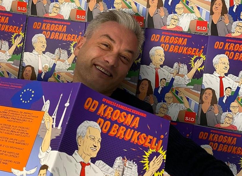 Robert Biedroń z komiksem, którego jest bohaterem. /Facebook /