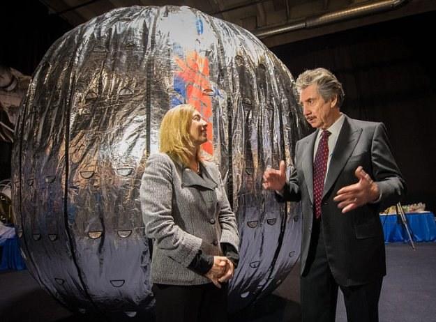 Robert Bigelow - właściciel Bigelow Aerospace i Lori Garver - przedstawiciel NASA przed makietą modułu Beam /NASA