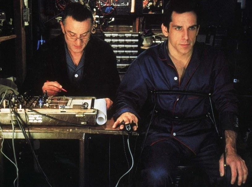 "Robert De Niro przesłuchuje Bena Stillera w scenie z filmu ""Meet the parents"" /East News"
