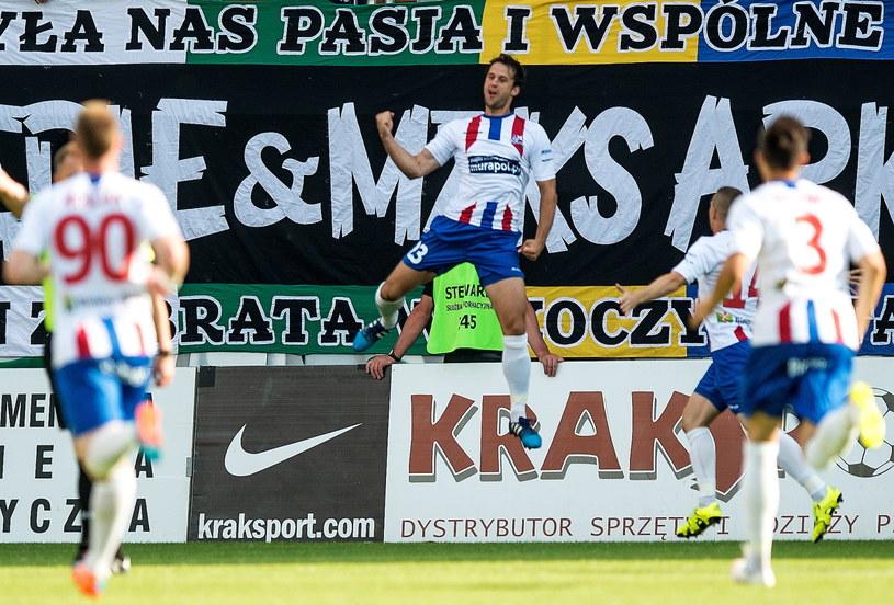 Robert Demjan (w środku) cieszy się ze zdobycia bramki /Maciej Kulczyński /PAP