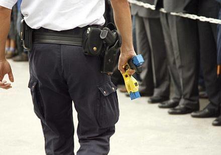 Robert Dziekański został zaatakowany taserem /AFP