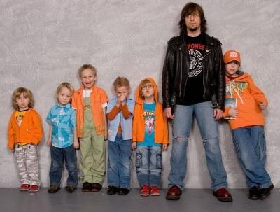 Robert Friedrich z młodymi członkami Arki Noego /Oficjalna strona zespołu