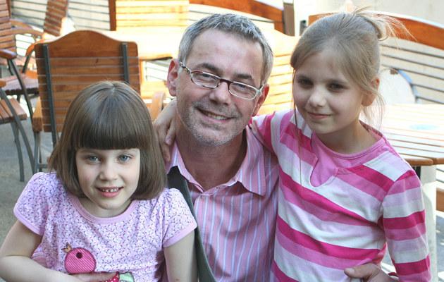 Robert Janowski z córkami  /MWMedia