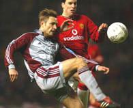 Robert Kovac walczy z Ruudem Van Nistelrooyem. MU - Bayern 0:0