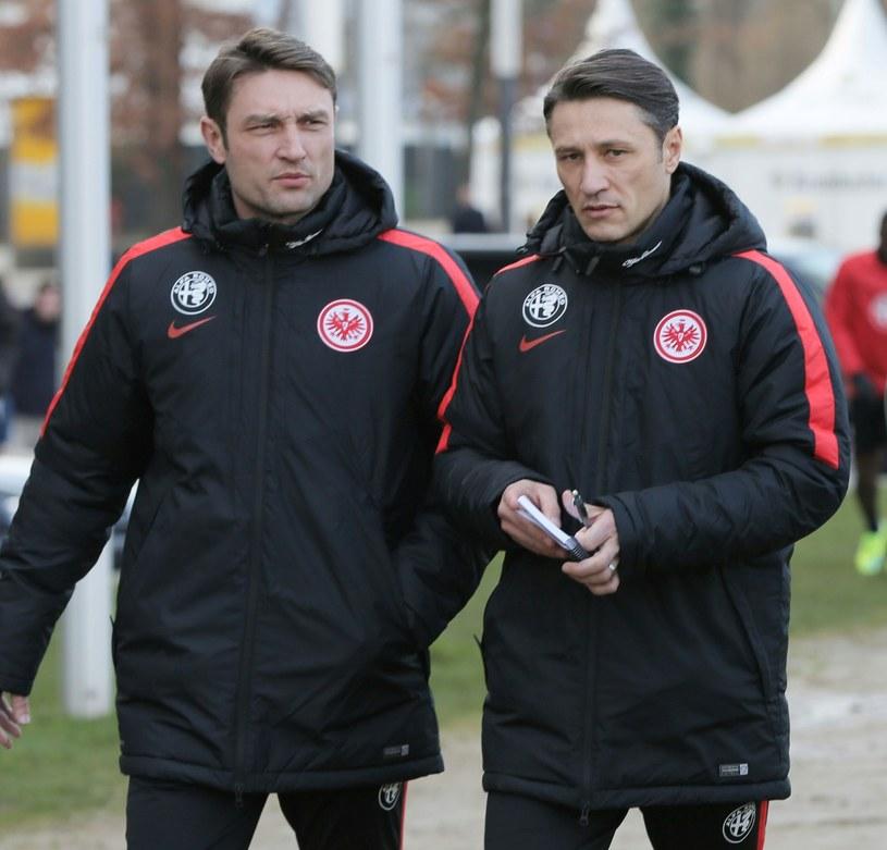 Robert Kovacz (z prawej) jest asystentem swojego brata Niko Kovacza w Eintrachcie Frankfurt /AFP