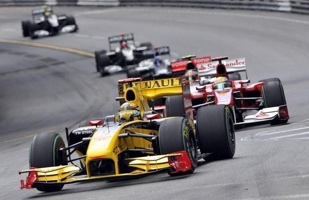 Robert Kubica a tuż za nim Felipe Massa z Ferrari /AFP
