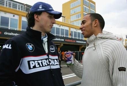 Robert Kubica rozmawia z kierowcą McLarena Lewisem Hamiltonem Fot. Paul Gilham/Getty Images /
