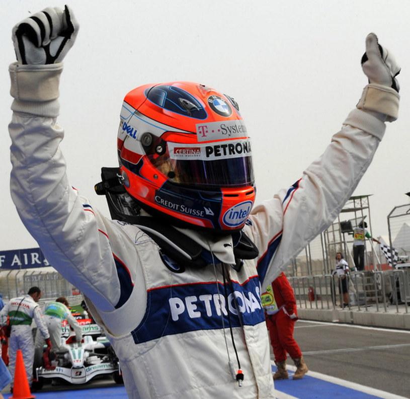 Robert Kubica świętuje triumf w kwalifikacjach GP Bahrajnu w 2008 roku /AFP