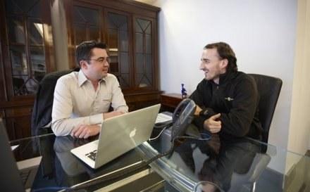 Robert Kubica (z prawej) z szefem Renault Erikie Boullierem/fot. formula 1.com /Informacja prasowa