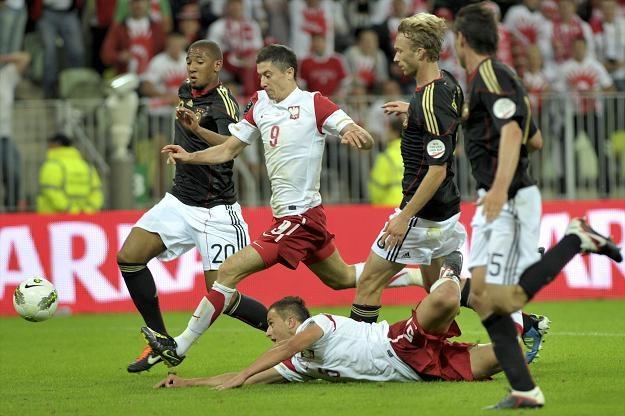 Robert Lewandowski (2L) w pojedynku z Niemcem Jerome Boatengiem fot: Adam Warżawa /PAP