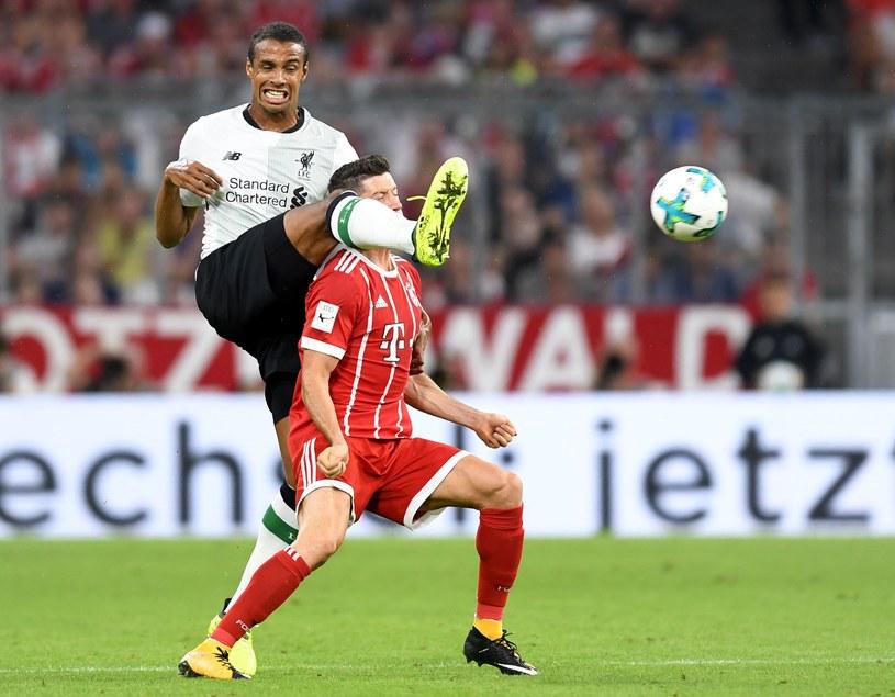 Robert Lewandowski (Bayern) atakowany przez Joela Matipa z Liverpoolu /AFP